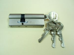 """Секретен патрон"""" GEGE P EXTRA""""Усилен с ламела.Никел.С палец по ДИН.С 4 ключа.Различни размери."""